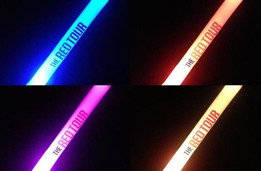 Bâtons lumineux bleu, orange, rose et jaune personnalisés avec logo