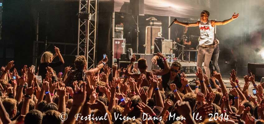 Foule de spectateurs avec bracelets LED LedPulse au festival