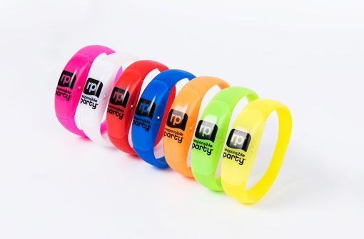 Bracelets LED de couleurs jaune, bleu et rose disponibles en livraison express
