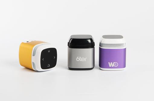 Enceintes Bluetooth en forme de cube disponibles en plusieurs couleurs