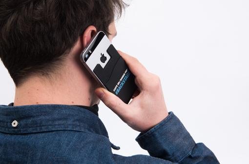 Homme avec téléphone équipé d'un porte carte adhésif