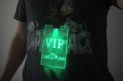 Badge laser personnalisé avec marquage VIP et logo, porté par un mannequin