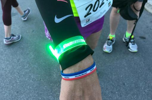 Bracelets LED en silicone de couleurs orange, bleu, rose et vert avec logo