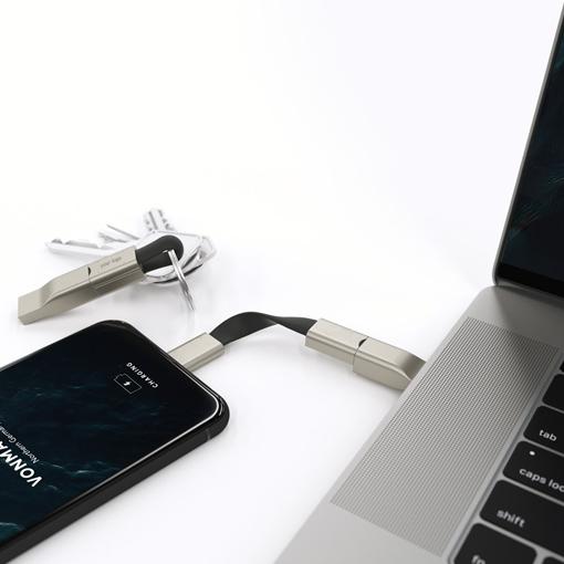 Câble de charge connecté à un smartphone et un ordinateur