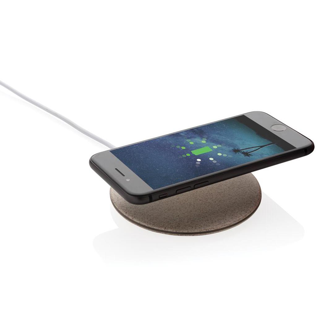 Chargeur à induction rond en fibres de blé naturelles avec smartphone posé dessus