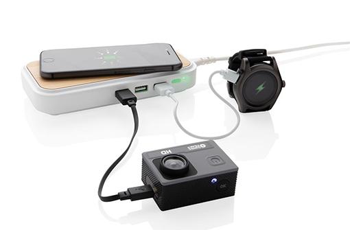 Chargeur à induction rectangulaire hub en bois naturel avec appareils branchés dessus