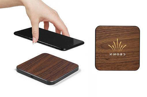Chargeur à induction carré en bois foncé