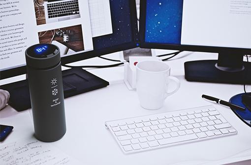 Bouteille isotherme ByTouch posée sur un bureau